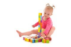 Berbeć dziewczyna bawić się z blokami obrazy stock