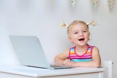 Berbeć dziewczyna bawić się z laptopem Obrazy Stock