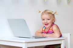 Berbeć dziewczyna bawić się z laptopem Fotografia Stock