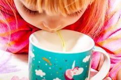 Berbeć dziewczyna pije od filiżanki z słomą obrazy stock