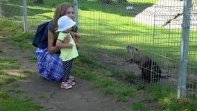 Berbeć dziewczyna z matką cieszy się piżmoszczura ondatra zibethicus zwierzęta w zoo zbiory
