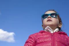 Berbeć dziewczyna z mod dzieci okularami przeciwsłonecznymi Zdjęcia Royalty Free