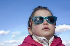 Berbeć dziewczyna z mod dzieci okularami przeciwsłonecznymi Fotografia Stock