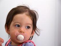 Berbeć dziewczynka używa pacyfikator atrapy fotografia stock