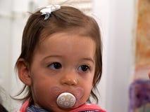Berbeć dziewczynka używa pacyfikator atrapy obrazy stock