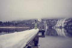 Berbeć pozycja przy końcówką śnieg zakrywał molo na jeziorze Zdjęcie Royalty Free