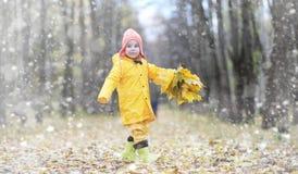 Berbecie na spacerze w jesień parku Pierwszy mróz i pierwszy Zdjęcie Stock