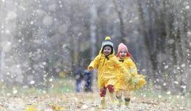Berbecie na spacerze w jesień parku Pierwszy mróz i pierwszy Fotografia Royalty Free