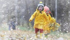 Berbecie na spacerze w jesień parku Pierwszy mróz i pierwszy Zdjęcia Royalty Free