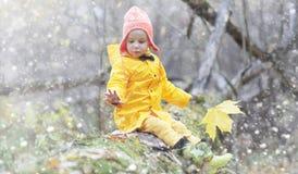 Berbecie na spacerze w jesień parku Pierwszy mróz i pierwszy Obrazy Royalty Free
