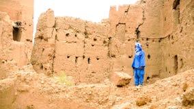 Человек Berber нося голубые drees и тюрбан в деревне, Марокко стоковая фотография