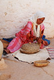 Berber kobiety Szlifierska kukurudza, Matmata, Tunezja Obraz Royalty Free
