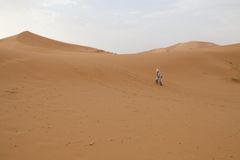 Berber man and dunes Stock Photography