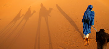 Berber przewdonik i cień karawana Fotografia Stock