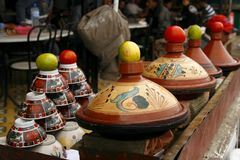 Berber tajines, die auf dem Markt, Marokko kochen Lizenzfreie Stockbilder