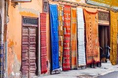 Berber-Wolldecken in Souk von Marrakesch lizenzfreie stockbilder