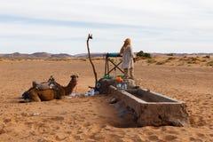 Berber y camello cerca del bien, Marruecos Imagen de archivo