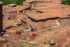 Berberby i kartbokberg, Marocko Arkivbild