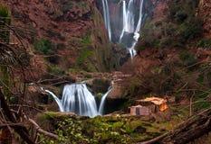 Berberby nära den Ouzoud vattenfallet i Marocko Arkivbilder