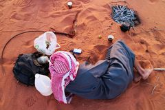 Berberperson, die in Wadi Rum, Jordanien stillsteht stockbild