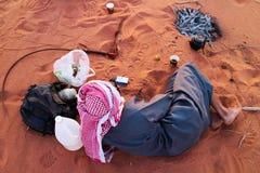 Berberpersoon die in Wadi Rum, Jordanië rusten stock afbeelding