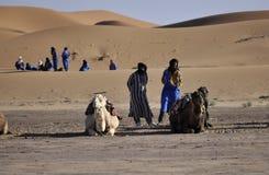 Berbers avec des chameaux aux dunes, april16,2012 Photo stock