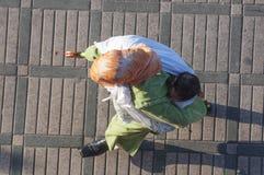 Berbervrouw die een baby op de rug vervoeren Stock Afbeeldingen