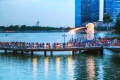 Überblick über die Jachthafenbucht mit dem Merlion in Singapur Stockfotografie