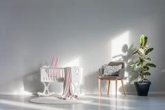 Berceau blanc avec la couverture rose photos stock