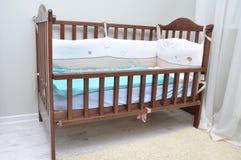 Berceau de bébé fait de bois dans la chambre Images libres de droits