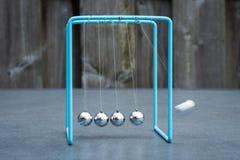 Berceau de newton, expérience de physique : boules de collision dans l'action Mouvement brouill? image libre de droits