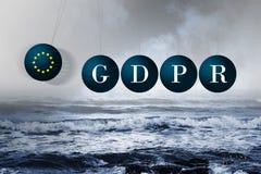 Berceau du ` s de Newton au-dessus d'une mer orageuse Impact négatif de GDPR Image stock
