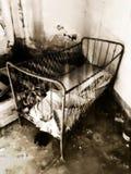 Berceau vide dans une maison abandonnée photographie stock libre de droits