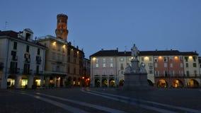 BERCELLI, ITALIA - FEBRERO DE 2017: El cuadrado central de Cavour Cavour de la plaza con la torre del ` s de Angelo Angel del ` d almacen de metraje de vídeo