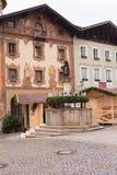 Berchtesgaden, Deutschland, Bayern 11/29/2015: Einführungskranz auf einem Brunnen am Einführungsmarkt in Berchtesgaden Lizenzfreie Stockfotografie