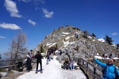 Berchtesgaden, Deutschland - 6. Mai 2016: Gehender und nehmender Tourist Lizenzfreie Stockfotografie