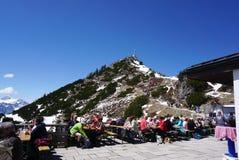 Berchtesgaden, Deutschland - 6. Mai 2016: Touristensitzen und Haben Lizenzfreies Stockfoto