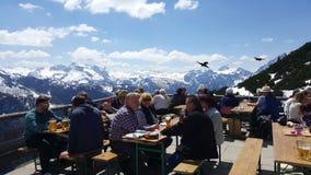 Berchtesgaden, Deutschland - 6. Mai 2016: Touristensitzen und Haben Lizenzfreies Stockbild