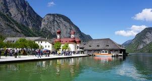 Berchtesgaden, Germania - 5 maggio 2016: Turista che cammina alla st Antivari Fotografia Stock Libera da Diritti