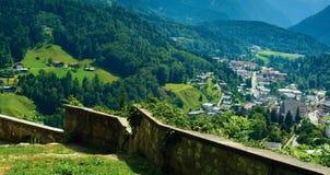 Berchtesgaden miasto, droga przemian, kamienia ogrodzenie Zdjęcie Stock