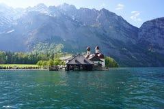 Berchtesgaden Tyskland - 5 Maj, 2016: St Bartholoma med Watzma Royaltyfria Foton