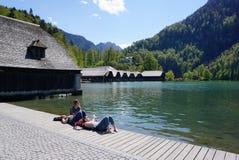 Berchtesgaden Tyskland - 5 Maj, 2016: Turisten relexing på la Royaltyfria Bilder