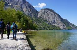 Berchtesgaden Tyskland - 5 Maj, 2016: Turisten relexing på la Arkivfoto