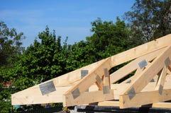 ?berdachung des Bauhauses mit Holzbalken, Binder, Bauholz stockfoto