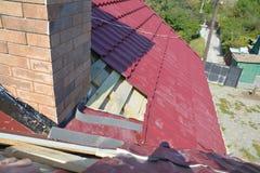 ?berdachung des Baus mit waterpoofing Kaminrohr, Rauchstangenbereich auf unfertigem Hausmetalldach lizenzfreie stockfotos