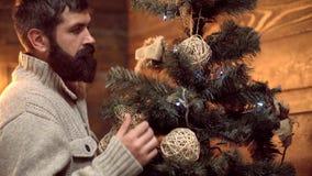 Berded santa украшает рождественскую елку Хипстер Санта желает веселое рождество E видеоматериал