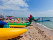 Berdyansk, Украина 30-ое июня 2018: seasonon пляжного комплекса побережье моря Азова Люди загорают на пляже Стоковые Изображения RF