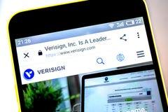 Berdyansk, Украина - 19-ое мая 2019: Домашняя страница вебсайта VeriSign Логотип VeriSign видимый на экране телефона стоковые фотографии rf