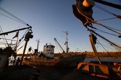 BERDYANSK - DE OEKRAÏNE, 01 SEPTEMBER, 2016: Vissersboot in de oude haven van stad Berdyansk Het overzees van Azov ukraine Stock Afbeeldingen