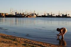 BERDYANSK - DE OEKRAÏNE, 01 SEPTEMBER, 2016: Vissersboot in de oude haven van stad Berdyansk Het overzees van Azov ukraine Stock Afbeelding